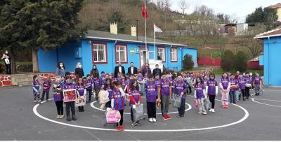 İshaklı'nın çocukları da Bordo-Mavi'ye büründü